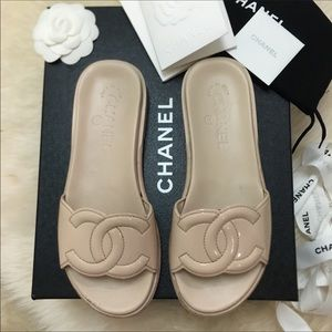 CHANEL || veau verni beige patent leather sandal